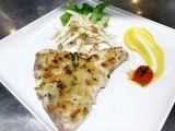 Pesce spada fresco in crosta di pane con insalata di sedano di Verona, noci e maionese