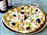 Pizza salmone fresco con filangé di zucchine, pomodorini gialli e olive